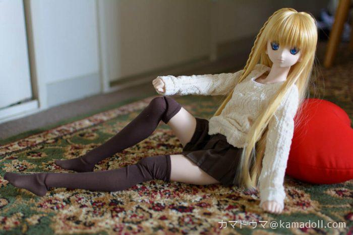 絨毯の上でドルフィードリームDDH-06子が片膝上げ座りをしている様子を横から写した写真