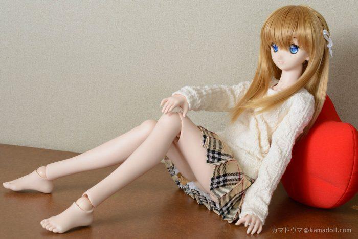 室内でドルフィードリームDDH-06子がクッションに寄り掛かり座っている写真