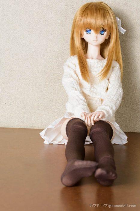 ドルフィードリームDDH-06カスタム子が足を伸ばして座っている様子を前から撮った写真