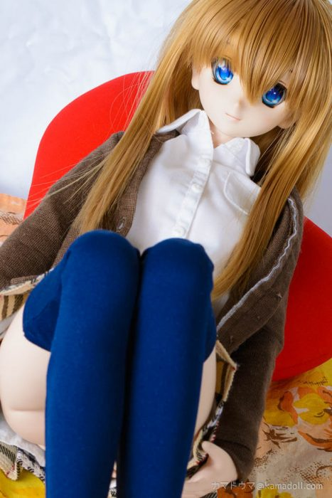 制服っぽい服起きたドルフィードリームDDH-06子が両足を上げて座っている写真